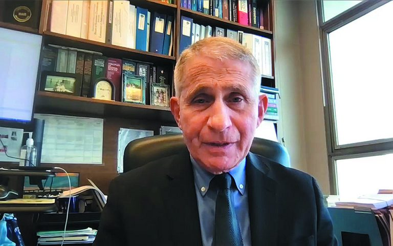 Ο δρ Αντονι Φάουτσι στο γραφείο του, από όπου μας παραχώρησε τη συνέντευξη μέσω Διαδικτύου. Εχει εργαστεί δίπλα σε όλους τους Αμερικανούς προέδρους από τον Ρέιγκαν και μετά.