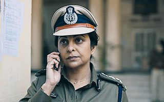 H Σέφαλι Σαχ, εξαιρετική ως αστυνομική διευθύντρια στη σειρά του Netflix «Εγκλημα στο Δελχί».