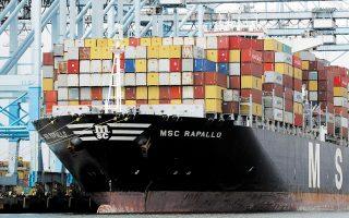 Στα λιμάνια της Αυστραλίας και της Νέας Ζηλανδίας συσσωρεύονται άδεια εμπορευματοκιβώτια που μένουν ανεκμετάλλευτα και την ίδια στιγμή στο λιμάνι της Καλκούτας, στην Ινδία, υπάρχει μεγάλη έλλειψη (φωτ. A.P.).