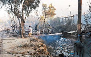 Η πυρκαγιά, που κατέστρεψε ολοσχερώς κοντέινερ και παραπήγματα, είχε ξεκινήσει έπειτα από ταραχές τη νύχτα της 8ης Σεπτεμβρίου 2020 (φωτ. INTIME NEWS).