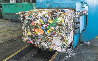 Σύμφωνα με την Κομισιόν, η θέσπιση του συγκεκριμένου πόρου «παρέχει κίνητρο για τη μείωση της κατανάλωσης πλαστικών μιας χρήσης, ενώ θα ενθαρρύνει την ανακύκλωση και θα τονώσει την τοπική οικονομία» (φωτ. SHUTTERSTOCK).