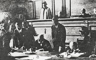 Ο Ελ. Βενιζέλος υπογράφει τη Συνθήκη της Λωζάννης, η οποία παραχωρούσε τον έλεγχο του Αιγαίου στην Ελλάδα, ως αντάλλαγμα για την εκκένωση της Μικράς Ασίας από τους παλαιούς ελληνικούς και χριστιανικούς πληθυσμούς της.