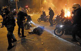 Μη σας ξεγελάει ο πεσμένος στο έδαφος αστυνομικός. Σε τελευταία ανάλυση, το θέμα είναι ο Κουφοντίνας. (Φωτ. EPA/ORESTIS PANAGIOTOU)