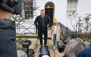 Ο Βρετανός δημοσιογράφος Πιρς Μόργκαν συνοδεύει την κόρη του, Ελίζ, στο σχολείο, μετά την παραίτηση από την πρωινή εκπομπή του στο ITV. Είχαν προηγηθεί τα φαρμακερά σχόλιά του κατά της δούκισσας του Σάσεξ, Μέγκαν Μαρκλ, την οποία αποκάλεσε «πριγκίπισσα Πινόκιο», με αφορμή τα όσα είπε στη συνέντευξη στην Οπρα Ουίνφρεϊ (φωτ. REUTERS / Toby Melville).