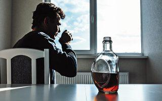 Την περίοδο της καραντίνας, στην τηλεφωνική γραμμή υποστήριξης της μονάδας απεξάρτησης «18 Ανω», τρεις στις πέντε κλήσεις είναι για αλκοόλ. (Φωτ. SHUTTERSTOCK)