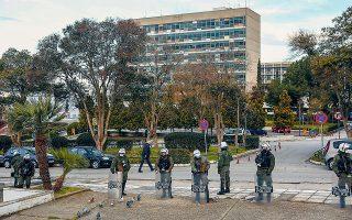 H ΕΛ.ΑΣ. πραγματοποίησε χθες επιχείρηση για την εκκένωση του κτιρίου διοίκησης του ΑΠΘ, το οποίο τελούσε υπό κατάληψη από τις 22/2. Στο κτίριο βρέθηκαν περίπου 30 άτομα, οι μισοί εξωπανεπιστημιακοί (φωτ. INTIME NEWS).
