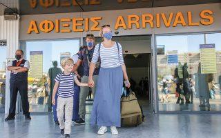 Οικογένεια τουριστών πέρυσι τον Ιούλιο, στο αεροδρόμιο του Ηρακλείου «Νίκος Καζαντζάκης». Στην κυβέρνηση θεωρούν πως φέτος, δεδομένης και της δέσμης μέτρων που θα ληφθούν, δεν χρειάζεται να υπάρξει –σε αντίθεση με το 2020– αποκλεισμός χώρας από την τουριστική σεζόν της Ελλάδας. (Φωτ. INTIME NEWS / IMAGE ONLINE)