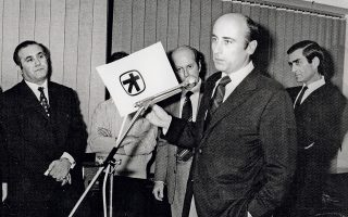Ο Γ. Κωστόπουλος παρουσιάζει τη νέα εταιρική ταυτότητα μετά την αλλαγή της επωνυμίας σε Τράπεζα Πίστεως το 1972. (Φωτ. Ιστορικό Αρχείο Alpha Bank)