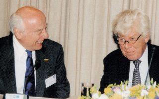Ο Γ. Κωστόπουλος με τον Βιμ Ντούισενμπεργκ, πρώτο πρόεδρο της Ευρωπαϊκής Κεντρικής Τράπεζας, το 2004 στην Αθήνα.