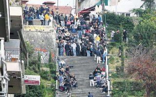 Γεμάτες οι σκάλες Αγίου Νικολάου (φωτ. INTIME NEWS).