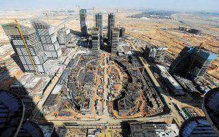 Γενική άποψη ενός φουτουριστικού ουρανοξύστη στη μέση εμπορικού κέντρου αποκαλύπτει ένα μεγάλο τμήμα της Νέας Διοικητικής Πρωτεύουσας της Αιγύπτου, ανατολικά του Καΐρου. Το συγκεκριμένο έργο έχει αναλάβει η κινεζική κρατική κατασκευαστική εταιρεία. Η πόλη έχει σχεδιαστεί για να λειτουργεί με έξυπνη τεχνολογία σε εδάφη μακριά από το χάος και τη συμφόρηση του Καΐρου και αναμένεται να φιλοξενήσει τουλάχιστον 6 εκατομμύρια κατοίκους (φωτ. REUTERS / Mohamed Abd El Ghany).