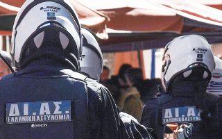 Πρόκειται για την πρώτη ομάδα αστυνομικών που πήρε εντολή από το κέντρο επιχειρήσεων της ΓΑΔΑ να πάει στην πλατεία Νέας Σμύρνης και να πραγματοποιήσει ελέγχους για μη τήρηση των μέτρων για τον κορωνοϊό (φωτ. INTIME NEWS).
