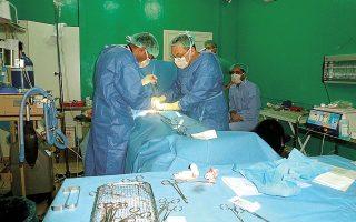 Χειρουργείο στην εμπόλεμη ζώνη. Ο γενικός χειρουργός Δημήτρης Γιαννούσης βρέθηκε στη Συρία στα τέλη 2012 με αρχές 2013 για να στελεχώσει μια κλινική των «Γιατρών Χωρίς Σύνορα» (φωτ. ΑΡΧΕΙΟ MSF).