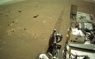 Το ρομποτικό σκάφος «Perseverance» της NASA ηχογράφησε τον εαυτό του να κινείται στην επιφάνεια του Αρη, προσθέτοντας μια εντελώς νέα διάσταση στην εξερεύνηση του Κόκκινου Πλανήτη. Καθώς το «Perseverance» άρχισε να αφήνει τα ίχνη του στον Αρη, ένα ευαίσθητο μικρόφωνο που διαθέτει κατέγραψε τα χτυπήματα και τους περίεργους ήχους των τροχών του (φωτ. NASA / JPL-Caltech via Α.P.).