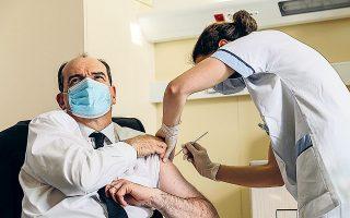 O Γάλλος πρωθυπουργός Ζαν Καστέξ εμβολιάστηκε χθες το απόγευμα με το σκεύασμα της AstraZeneca, σε στρατιωτικό νοσοκομείο στα περίχωρα του Παρισιού, προκειμένου να πείσει τους πολίτες να το εμπιστευθούν (φωτ. A.P.).