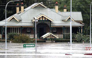 Δρόμοι, δένδρα και σπίτια έχουν βυθιστεί κάτω από τα νερά σε ορισμένες περιοχές, ενώ πάνω από 18.000 άνθρωποι έχουν αναγκαστεί να εγκαταλείψουν τα σπίτια τους στη Νέα Νότια Ουαλλία (φωτ. A.P. Photo/Rick Rycroft).