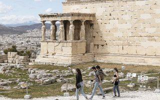 Επισκέπτες ξανά στην Ακρόπολη, καθώς από χθες επαναλειτουργούν οι υπαίθριοι αρχαιολογικοί χώροι (φωτ. INTIME NEWS).