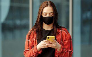 Αν η μάσκα εφαρμόζει καλά, θα πρέπει να νιώθετε θερμό εκπνεόμενο αέρα στο εσωτερικό και στο μπροστινό εξωτερικό μέρος της, τονίζεται στην εγκύκλιο του γενικού γραμματέα Δημόσιας Υγείας (φωτ. SHUTTERSTOCK).