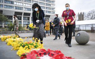 «Ημέρα Στοχασμού» η χθεσινή στη Βρετανία, έναν χρόνο από την έναρξη του πρώτου lockdown στη χώρα. Υγειονομικοί αφήνουν λουλούδια προς τιμήν των δεκάδων χιλιάδων θυμάτων της πανδημίας (φωτ. EPA/ANDY RAIN).