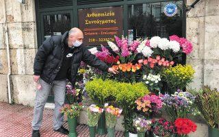 Ο Σπύρος Κοντογιάννης μπροστά στο κατάστημά του.