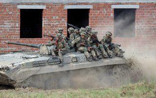 Ουκρανοί στρατιώτες σε παλαιότερη στρατιωτική άσκηση κοντά στην πόλη Λβιβ, στα δυτικά της χώρας. Στα ανατολικά τα πράγματα είναι τεταμένα. (Φωτ.  EPA / MARKIIAN LYSEIKO)
