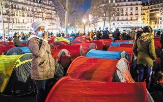 Η κυβερνητική μεταναστευτική πολιτική προσφέρει αφορμές στην Αριστερά για ηχηρές ακτιβιστικές ενέργειες, όπως η συγκέντρωση, την Πέμπτη, εκατοντάδων άστεγων μεταναστών στην Πλατεία της Δημοκρατίας, στο Παρίσι. (Φωτ. EPA)