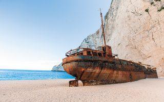 Το ναυάγιο του λαθροτσιγαράδικου, πριν από τέσσερις δεκαετίες στη Ζάκυνθο, αποτέλεσε πόλο έλξης κολυμβητών στην περιοχή. (Φωτ. SHUTTERSTOCK)
