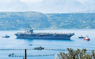 Το αμερικανικό αεροπλανοφόρο «Dwight D. Eisenhower» στη ναυτική βάση στο Μαράθι της Κρήτης, την περασμένη εβδομάδα. Το ενδιαφέρον των Δυτικών αποτυπώθηκε τις τελευταίες ημέρες σε αέρα και θάλασσα με εύγλωττο τρόπο. (Φωτ. EPA/ZARPANEWS)