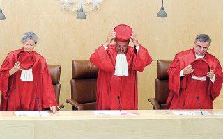 Ο κυβερνητικός εκπρόσωπος Στέφεν Ζάιμπερτ μίλησε για «φυσιολογική συνταγματική διαδικασία». Το Ομοσπονδιακό Συνταγματικό Δικαστήριο, πάντως, δεν έδωσε κάποια προθεσμία για την ετυμηγορία του επί των αγωγών που έχουν κατατεθεί.