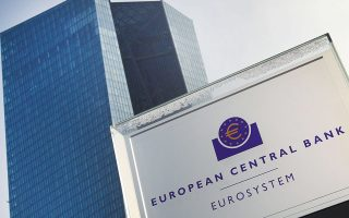 Αναλυτές εκτιμούν ότι οι ρυθμοί αγοράς ομολόγων από την ΕΚΤ δεν αρκούν για να ασκήσουν πτωτική πίεση στις αποδόσεις των ομολόγων της Ευρωζώνης. Την τελευταία εβδομάδα οι αγορές υπό το PEPP διαμορφώθηκαν στα 19 δισ. ευρώ έναντι 21 δισ. ευρώ μία εβδομάδα νωρίτερα, τη στιγμή που ο μέσος όρος των εβδομαδιαίων αγορών της ΕΚΤ, πριν προχωρήσει στην αύξηση του ρυθμού τους, κινούνταν στα 14 δισ. ευρώ.