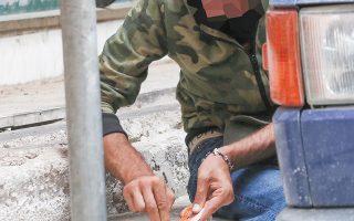 Τη λειτουργία κινητών μονάδων εποπτευόμενης χρήσης ναρκωτικών σε συνδυασμό με την ενίσχυση της δουλειάς των street workers, οι οποίοι παρέχουν υγειονομικό υλικό στους χρήστες που βρίσκονται στον δρόμο ώστε να προφυλάσσονται από ασθένειες κατά τη χρήση, οργανώνει ο Δήμος Αθηναίων (φωτ. ΑΠΕ-ΜΠΕ / ΟΡΕΣΤΗΣ ΠΑΝΑΓΙΩΤΟΥ).