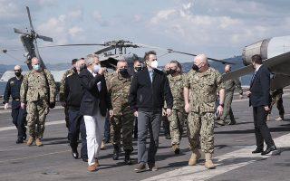 Ο πρωθυπουργός επισκέφθηκε, χθες, το αεροπλανοφόρο «Dwight D. Eisenhower», το οποίο βρίσκεται ελλιμενισμένο τις τελευταίες ημέρες στη ναυτική βάση της Σούδας. Τον συνόδευσε, μεταξύ άλλων, ο πρέσβης των ΗΠΑ Τζέφρεϊ Πάιατ (φωτ. ΓΡΑΦΕΙΟ ΤΥΠΟΥ ΠΡΩΘΥΠΟΥΡΓΟΥ/ΔΗΜΗΤΡΗΣ ΠΑΠΑΜΗΤΣΟΣ).