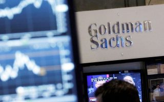 Στα γραφεία της Goldman Sachs στο Λονδίνο, σε κάθε ομάδα στελεχών λείπουν από τρία έως έξι άτομα σε σταθερή βάση λόγω υπερκόπωσης, όπως ανέφερε ανώνυμα εργαζόμενος στην εφημερίδα Guardian (φωτ. A.P.).