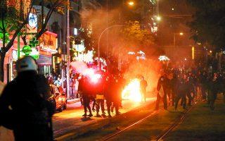 Η ένταση, τουλάχιστον μεταξύ αστυνομίας και διαδηλωτών (η φωτ. από τα επεισόδια στη Νέα Σμύρνη), έχει αυξηθεί επικίνδυνα τον τελευταίο καιρό. Φωτ. ΑΠΕ-ΜΠΕ