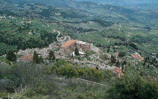 Το Βυζαντινό Παλάτι του Μυστρά άρχισε να χτίζεται στο πλάτωμα του ομώνυμου λόφου σχεδόν αμέσως μετά την ίδρυση του κάστρου του λεγόμενου «Μυζηθρά» τον 13ο αιώνα και ολοκληρώθηκε στις αρχές του 15ου. Αποτελούσε έδρα και κατοικία του Δεσπότη του Μυστρά, αξίωμα που κατείχαν μεταξύ άλλων ο Μανουήλ Καντακουζηνός και ο Κωνσταντίνος ΙΑ΄ Παλαιολόγος.