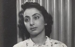 Η Ευτυχία, με το φόρεμα από αλεξίπτωτο, φωτογραφίζεται στην κατοχική Θεσσαλονίκη το 1941, νεαρή δασκάλα υπό διορισμόν, στη Νεάπολη.