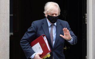 Στα χέρια του Βρετανού πρωθυπουργού Μπόρις Τζόνσον έφτασε επιστολή-φωτιά από παραστρατιωτικές οργανώσεις των Βορειοϊρλανδών Προτεσταντών (φωτ.: Reuters)