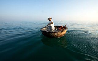 Ο Le Van Hung στη βάρκα του, ανοιχτά του Χόι Αν. © Rehahn C/The New York Times