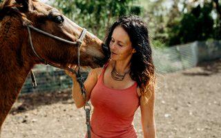 Η Jennifer Olah, ιδρύτρια της οργάνωσης Cruzan Cowgirl.   © Meredith Zimmerman/The New York Times