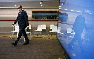 Σκυθρωπός προσήλθε, χθες το βράδυ, στην αίθουσα της συνέντευξης Τύπου ο Γάλλος πρωθυπουργός Ζαν Καστέξ. Λίγα λεπτά αργότερα, ανακοίνωσε ότι το Παρίσι και 16 άλλες περιοχές της Γαλλίας τίθενται, ξανά, σε καθεστώς αυστηρού lockdown, διάρκειας ενός μηνός. «Η επιδημιολογική εικόνα επιβάλλει τη λήψη αυστηρών μέτρων», τόνισε (φωτ. Martin Bureau / Pool via A.P.).