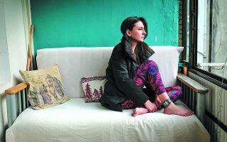 H Tουρκάλα κλινική ψυχολόγος Μελίς Ακιουρέκ κοιτάζει έξω από το παράθυρο του σπιτιού της, όπου «κρατείται»  –με πομπό παρακολούθησης στο πόδι– επειδή συμμετείχε στις φοιτητικές κινητοποιήσεις του Φεβρουαρίου. Κατά  κάποιον τρόπο είναι τυχερή: πάνω από 4.000 άνθρωποι βρίσκονται στη φυλακή γιατί «προσέβαλαν τον πρόεδρο». Φωτ.  EPA / SEDAT SUNA