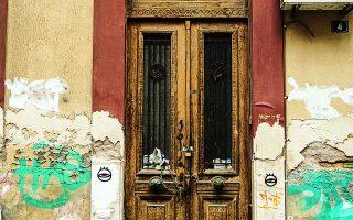 Εξώθυρα σε μονώροφη οικία της οδού Μονεμβασίας 4, στο Κουκάκι. Φωτ. ΝΙΚΟΣ ΒΑΤΟΠΟΥΛΟΣ