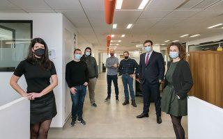 Ο υπουργός Ψηφιακής Διακυβέρνησης, Κυριάκος Πιερρακάκης, μαζί με την ομάδα του gov.gr στα γραφεία της ΕΔΥΤΕ. (Φωτογραφίες: Βαγγέλης Ζαβός)