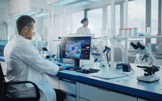Στην Ελλάδα μπορούν να παραχθούν φάρμακα νέου τύπου που συνδέονται με τα αποτελέσματα και τις ανακαλύψεις σε τομείς όπως η βιογενετική, η βιοχημεία και η βιοτεχνολογία. Φωτ: Shutterstock
