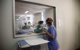 «Το βασικό είναι ότι ο κόσμος έχει καταλάβει πια ότι τα εμβόλια είναι και ασφαλή και αποτελεσματικά», υπογράμμισε ο πρωθυπουργός κατά τη χθεσινή επίσκεψή του στο Κέντρο Υγείας Πατησίων (φωτ. EPA/YANNIS KOLESIDIS)