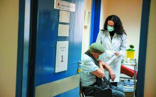 Ουσιαστικό ρόλο στον περιορισμό των απωλειών διαδραματίζει, ως φαίνεται, ο εμβολιασμός που προχωράει σταθερά στις μεγαλύτερες ηλικίες.  Φωτ. REUTERS / Alkis Konstantinidis