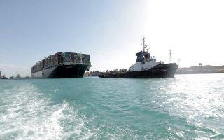 Υστερα από έξι ημέρες ένας από τους σημαντικότερους εμπορικούς «δρόμους» του πλανήτη, το κανάλι του Σουέζ, είναι από χθες ανοικτός. Το μήκους 400 μέτρων φορτηγό πλοίο «Ever Given» αποκολλήθηκε και πλέει με τη βοήθεια ρυμουλκών προς την έξοδο στην ανοικτή θάλασσα. Ωστόσο, το παγκόσμιο εμπόριο συνεχίζει να επηρεάζεται από τις αναταράξεις που προκαλεί η πανδημία. (φωτ. EPA/SUEZ CANAL AUTHORITY)