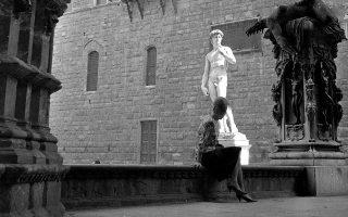 H Χρύσα Ρωμανού στη Φλωρεντία, φωτογραφημένη από τον Νίκο Κεσσανλή. © Nikos Kessanlis-Chryssa Romanos Archive