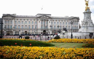 Αυτή τη στιγμή, η βασιλική οικογένεια έχει τρεις πόλους. Το παλάτι του Μπάκιγχαμ, όπου κατοικεί η βασίλισσα, το Κλάρενς Χάους, όπου κατοικεί ο Κάρολος με τη σύζυγό του Καμίλα και το Παλάτι του Κένσινγκτον, όπου κατοικεί ο πρωτότοκος γιος του Καρόλου, Ουίλιαμ, με τη σύζυγό του Κέιτ και τα τρία παιδιά τους (Φωτ. REUTERS/Henry Nicholls).