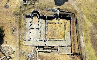 Αεροφωτογραφία της βασιλικής Γ΄ με το ελληνιστικό κτίριο κάτω από αυτήν. Στο μέσον της βασιλικής σώζονται εξαιρετικά ψηφιδωτά του 5ου μεταχριστιανικού αιώνα. Τα κρυμμένα μυστικά της προχριστιανικής ακρόπολης προσπαθούν να φέρουν στο φως οι αρχαιολόγοι.